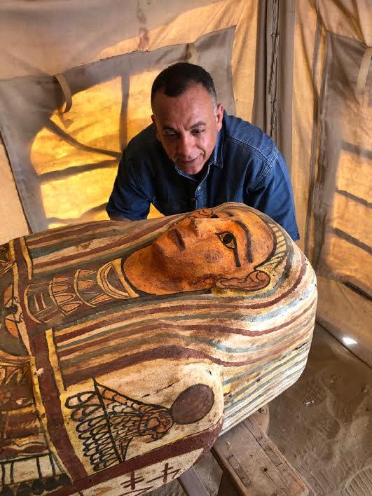 埃及吉萨金字塔群以南出土14具2500