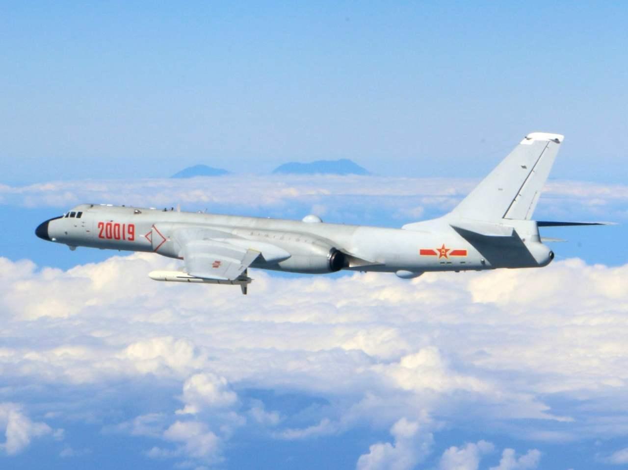 台媒:解放军轰6挂4枚鹰击12飞越台海 向美航母示威