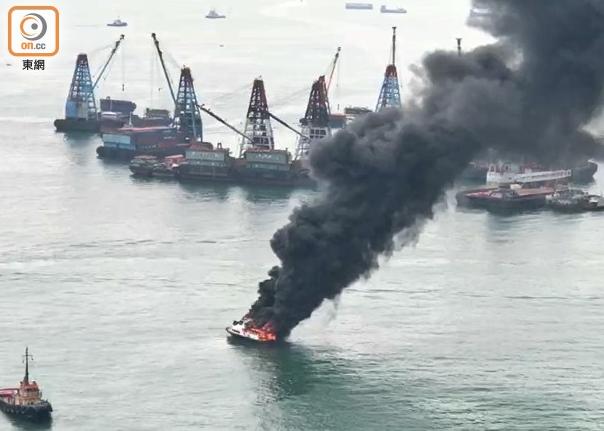 香港一游艇突发大火沉没 现场浓烟滚滚(图)