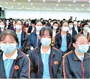 武漢市第十一中學700余名高三年級師生聽張定宇講抗疫故事。
