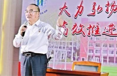 經受住抗疫的考驗,張定宇為廣大武漢師生豎起大拇指。長江日報記者向潔 攝