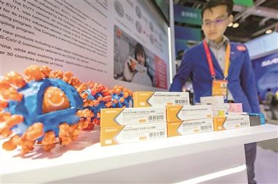 9月6日,在2020年中国国际服务贸易交易会上,国药集团中国生物在综合展区公共卫生防疫专区展出了抗击新冠疫情的重磅成果实物,其中新冠病毒灭活疫苗首次亮相。该疫苗目前正在进行Ⅲ期临床试验,有望在2020年年底投入使用。(图片来源:人民视觉)