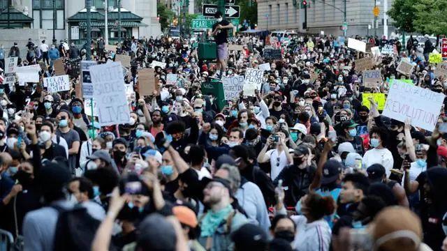 近期参加抗议活动地美国民众