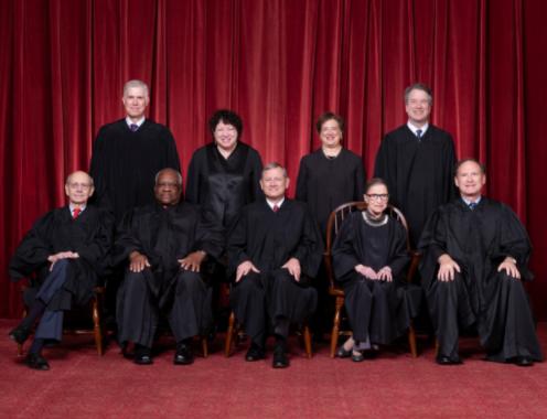 金斯伯格(前排右二)活着时的美国大法官通盘相符影(图片来源:美国最高法院官网)