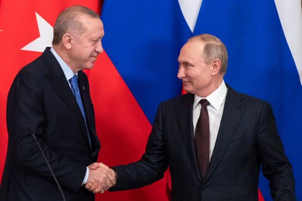 △图为土耳其总统埃尔多安与俄罗斯总统普京今年3月签署在伊德利卜省停火备忘录 图片来源:路透社
