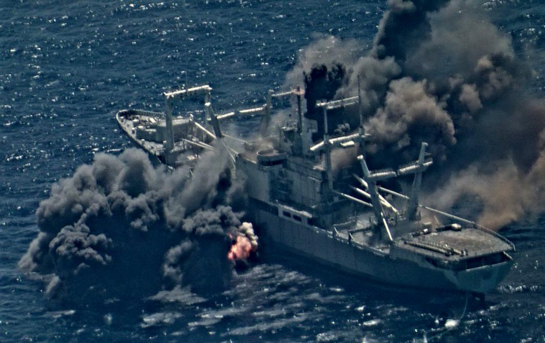 美国万吨级军舰被三枚导弹命中 瞬间浓烟滚滚(图)