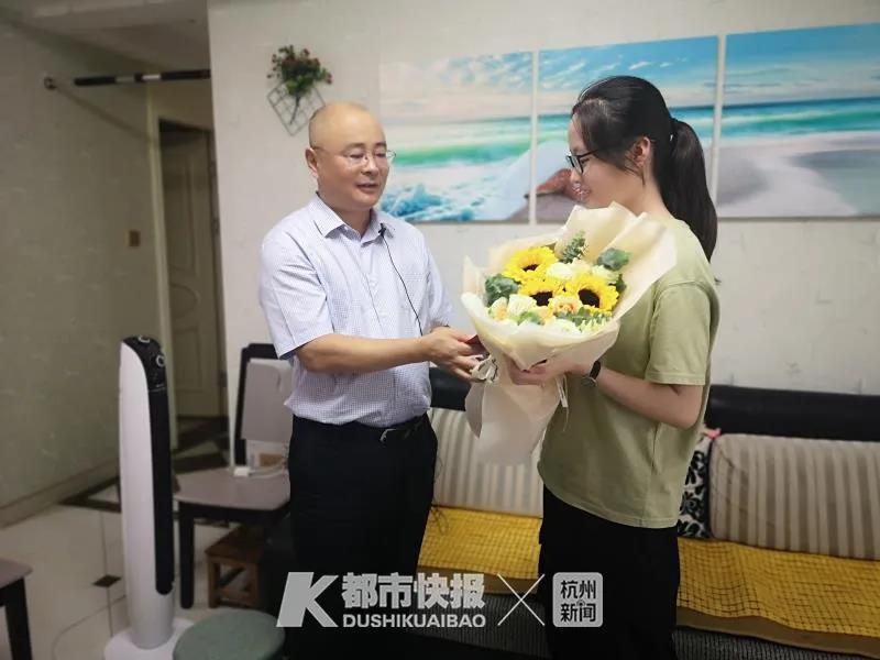 杭州华丰社区考上大学就能拿红包:最高1万元 已经发了30年