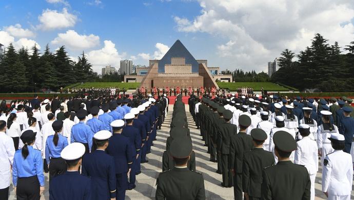 烈士纪念日,上海市党政军领导李强龚正等与各界代表向人民英雄敬献花篮图片