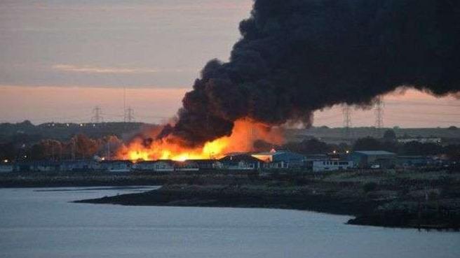 英国一座工业建筑发生剧烈爆炸 目前尚未有人员