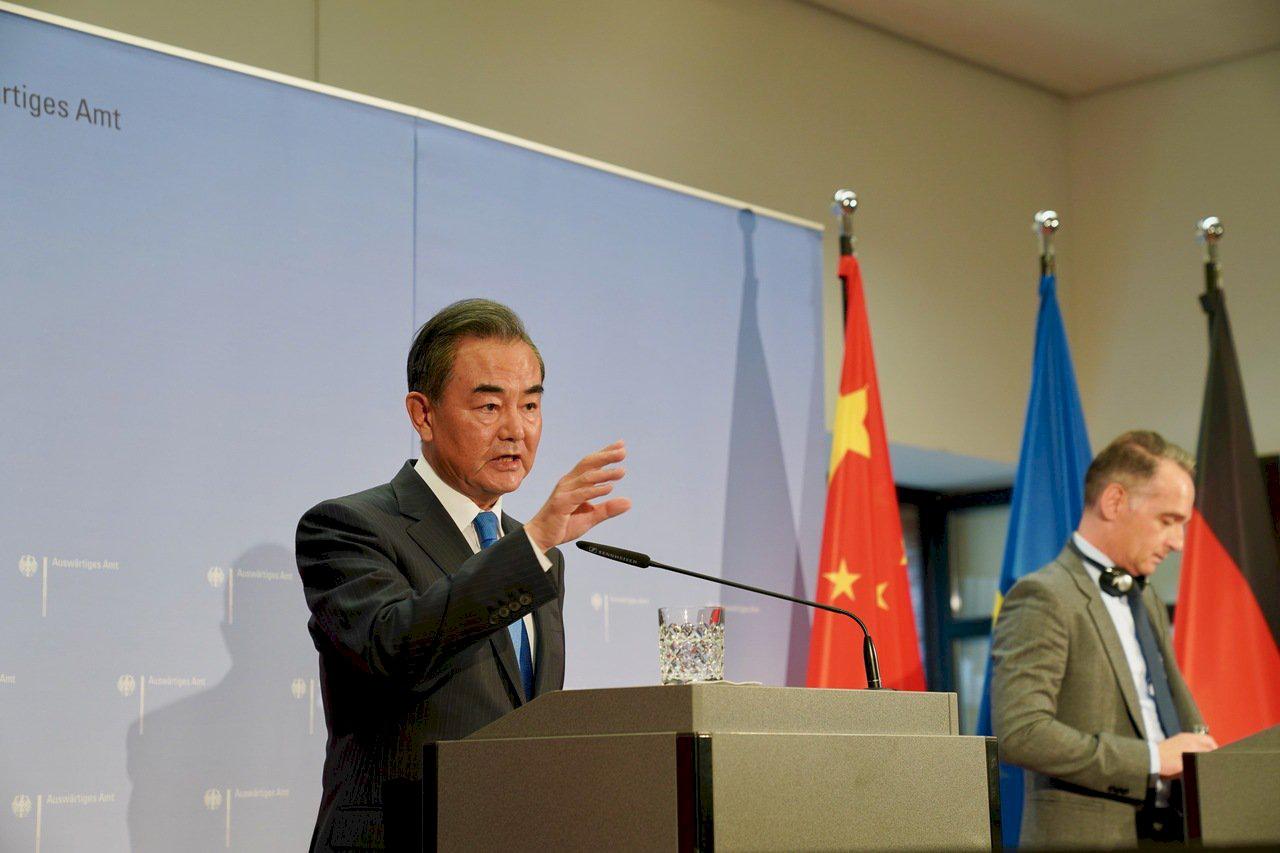 △9月1日,国务委员兼外长王毅在柏林同德国外长马斯共同会见记者