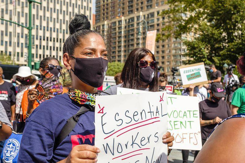 △面临解雇风险的纽约市当局雇员举走抗议 图自《每日音信》