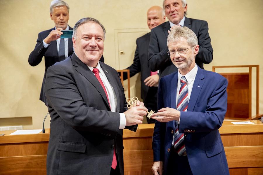 △8月12日,维斯特奇尔在捷克参议院欢迎美国国务卿蓬佩奥