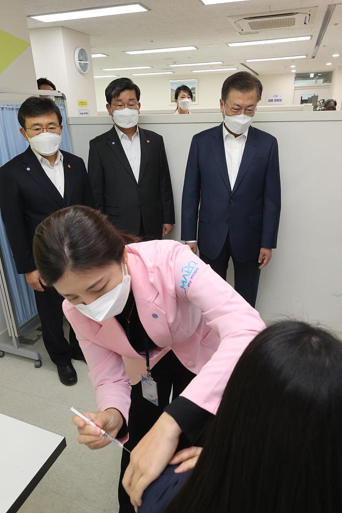 韓國總統文在寅視察新冠疫苗接種