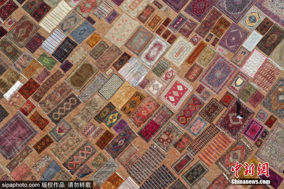 航拍土耳其手工地毯晾晒场 五彩斑斓美不胜收