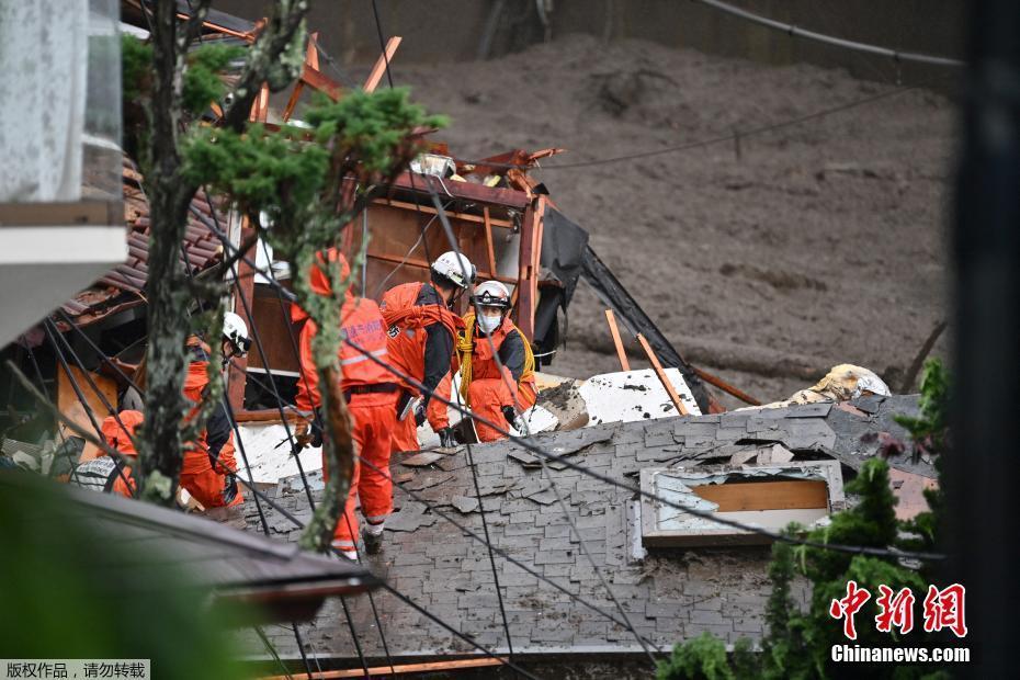 日本静冈县泥石流搜救持续 街头一片狼藉