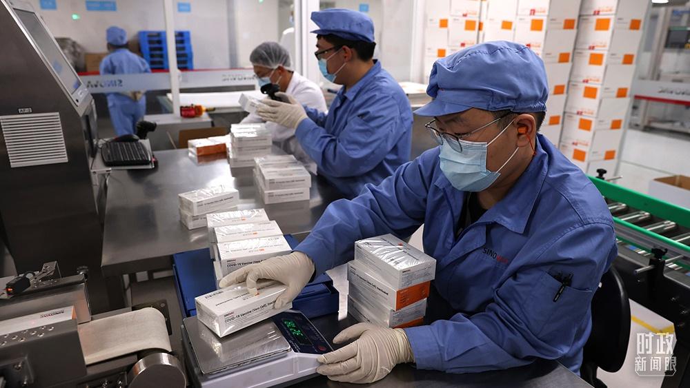 """△2021年7月12日,全球疫苗免疫联盟宣布同中国国药集团和科兴公司签署大批量预购协议,这意味着中国疫苗进入""""新冠肺炎疫苗实施计划""""疫苗库。(图/视觉中国)"""