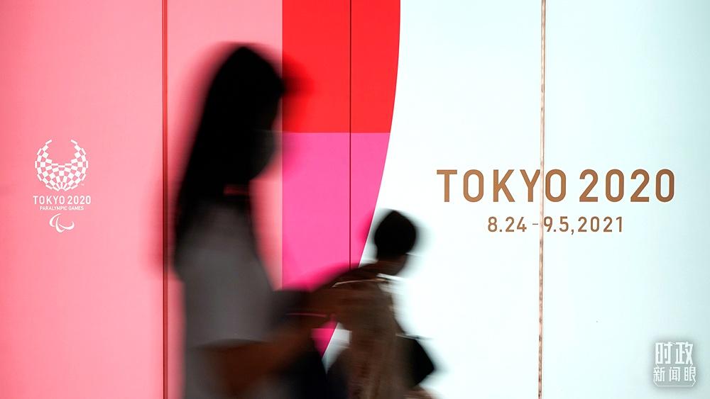 △2021年7月,日本东京,市民经过东京奥运会宣传画。(图/视觉中国)