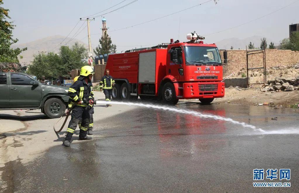 阿富汗消防员在首都喀布尔清理火箭弹发射现场。图源:新华网