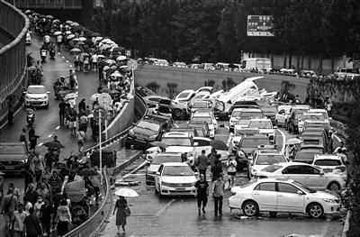 """""""7·20""""暴雨将郑州的大量汽车置于险境人民视觉图"""