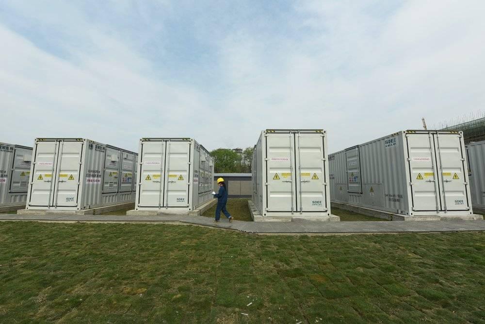 国网杭州市萧山区供电公司工作人员在查看移动储能舱