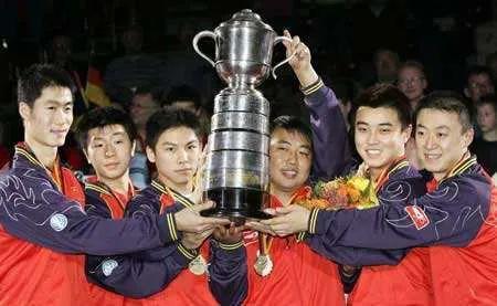 ·2006年,稚嫩的马龙(左二)和队友在不莱梅世乒赛获得男团冠军。图源网络