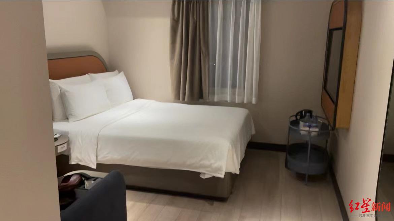 ↑亞朵酒店房間。