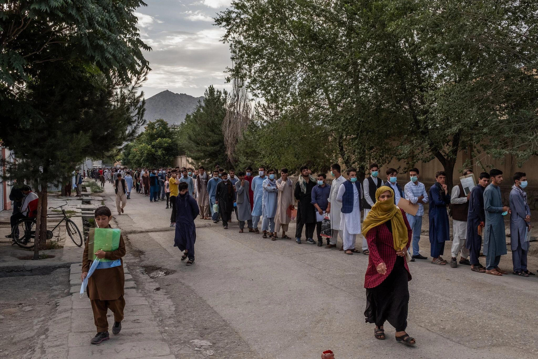 在喀布尔的护照部门排队的阿富汗人,阿富汗局势引发了欧洲对难民潮的担忧 图源:社交媒体