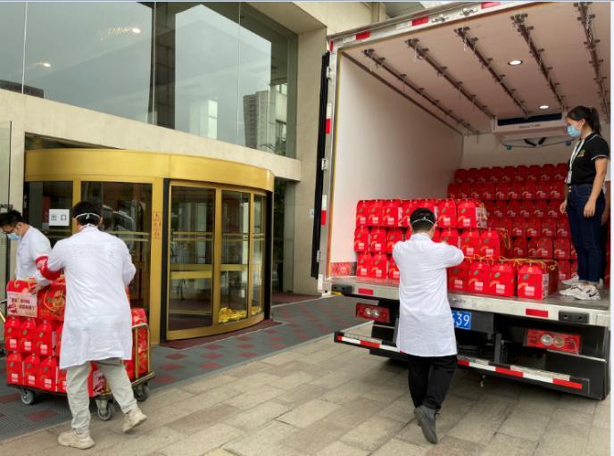 百果园联合金色庄园向南京捐赠700份甜果礼包