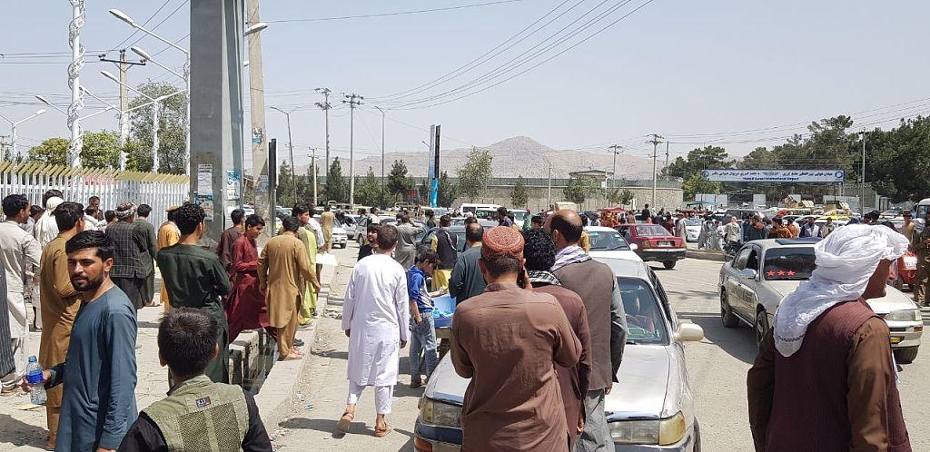 大批阿富汗民众继续涌向喀布尔机场