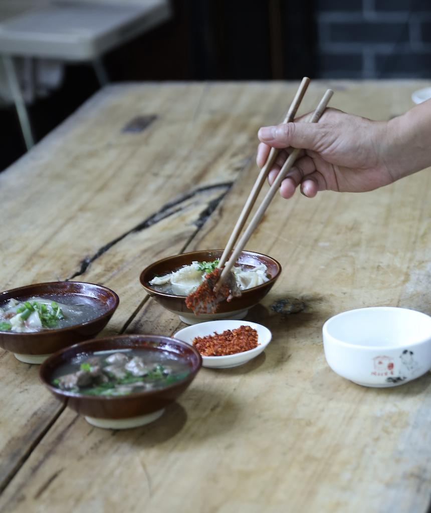 ▲跷脚牛肉的汤底都是由牛骨熬制而成,新鲜的牛腿骨从入锅开始要熬上至少3个小时,大骨能熬上两天