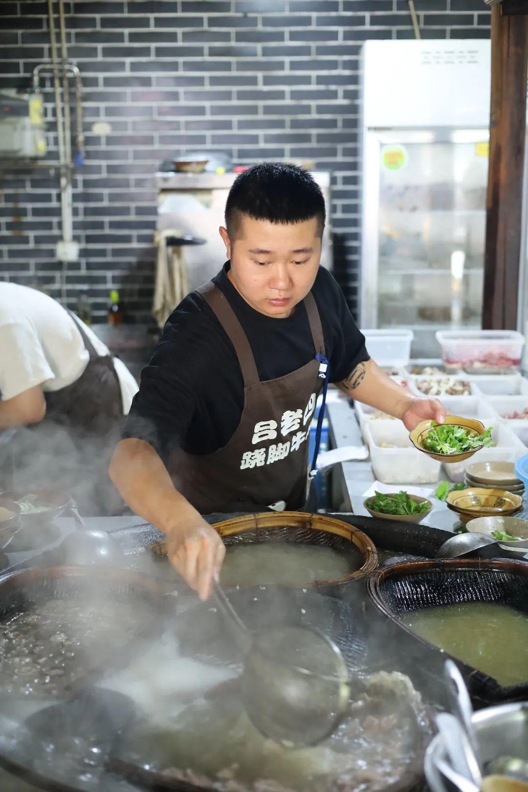 ▲苏稽吕老四跷脚牛肉店中,主厨在不同簸箕中涮着牛的不同部位