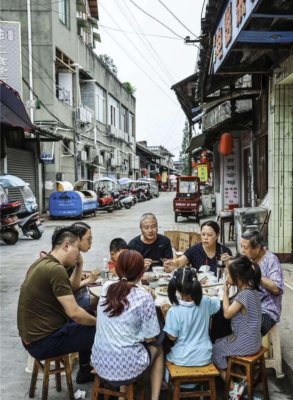▲苏稽镇上有很多特色家常小馆子,路人临街而坐,于露天之下开吃