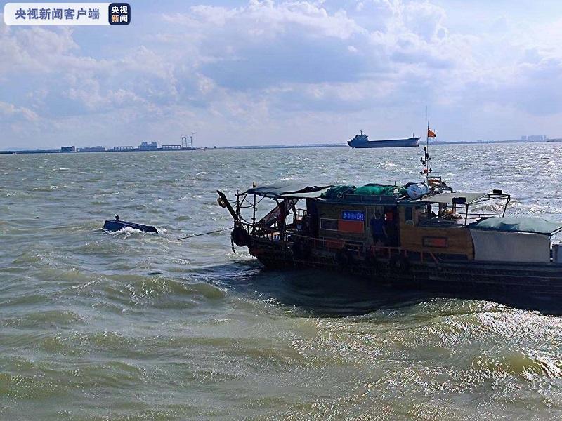 珠江口一快艇翻扣 广州海事紧急救助落水人员