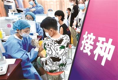 图为近日,在安徽省阜阳市阜师大体育中心方舱新冠疫苗接种点,医护人员为12至17岁的初、高中学生接种新冠疫苗。 (图片来源:视觉中国)