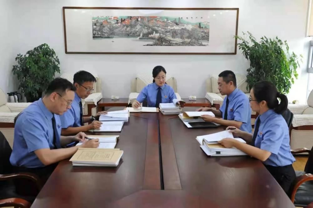齐齐哈尔市检察院检察长曲立新(中)组织召开案件分析会。