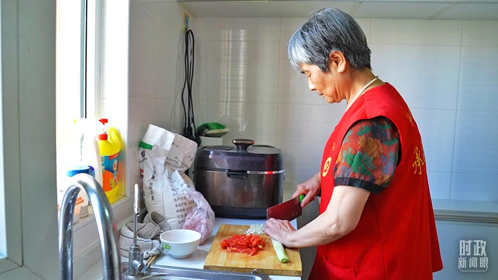 △志愿者为社区老人提供助洁、助餐等服务。(总台央视记者程铖、张宇拍摄)
