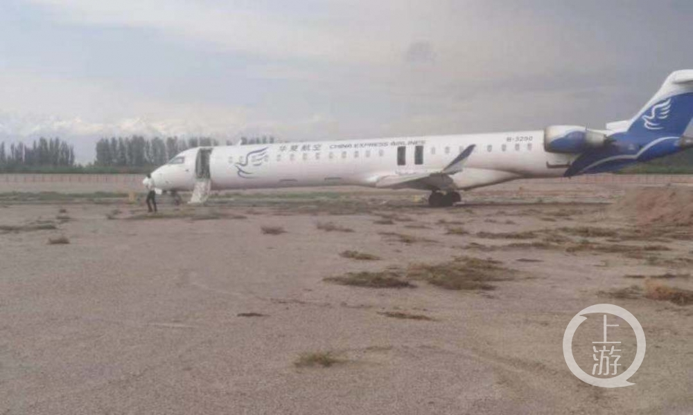 """▲8月29日,华夏航空B-3250飞机在阿克苏机场落地后冲出机场跑道。图片来源/航旅纵横网友""""旧人不覆"""""""