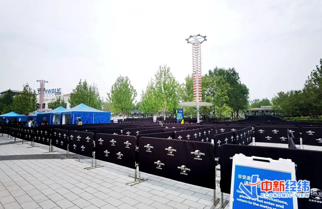 北京环球度假区门口广场上引流护栏