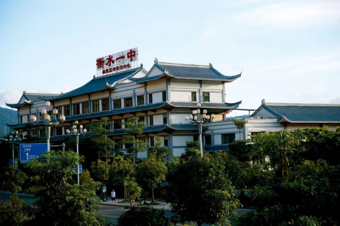 """2019年7月17日,福建福州连江县一所培训学校屋顶桂着""""衡水一中""""的牌子。对此,衡水一中发表声明,指出该构冒用衡水一中名义。图/视觉中国"""