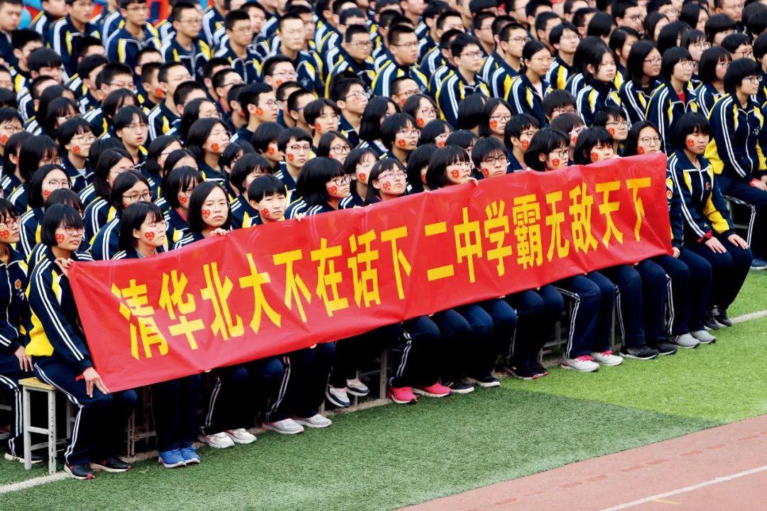 2019年2月26日,衡水二中高考百日誓师动员大会现场,学生们打出各种励志条幅标语。图/视觉中国