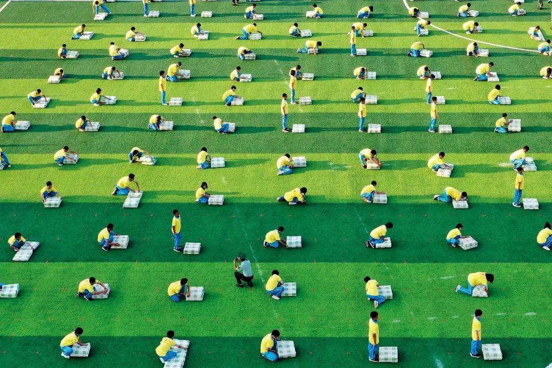 """2020年9月7日,街水志臻中学举行初一年坂新生叠""""豆腐块""""被子比赛。图/视觉中国"""
