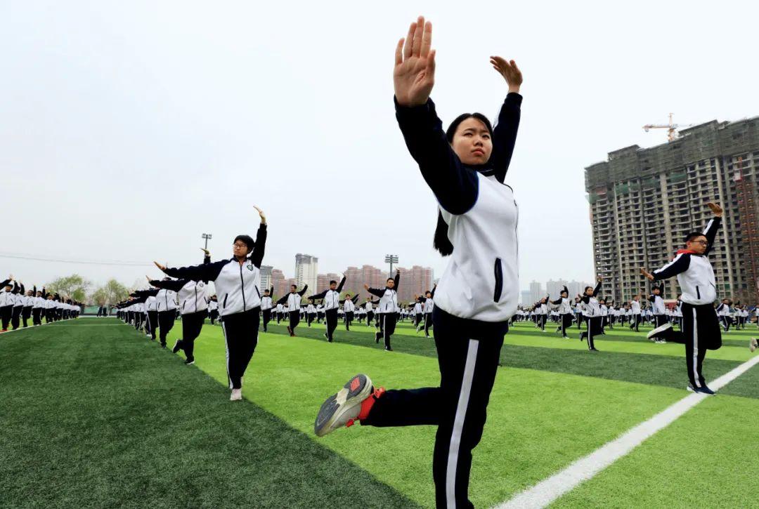 """3月26日,河北衡水中学操场上,学生们在课间练习""""少年拳""""武术操。图/中新"""