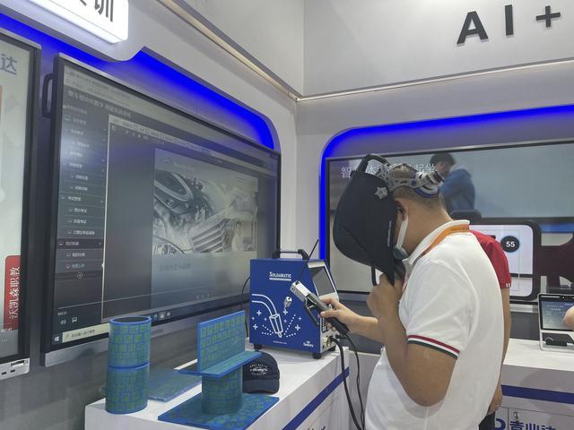 参观者在体验虚拟仿真的焊接实训。图/新京报记者 刘洋