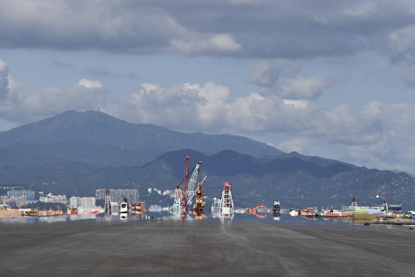 香港国际机场第三跑道铺设工程举行竣工典礼