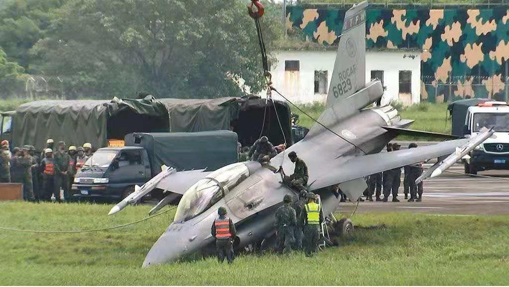 F-16战机在演练时冲出跑道(图片来源:台媒)