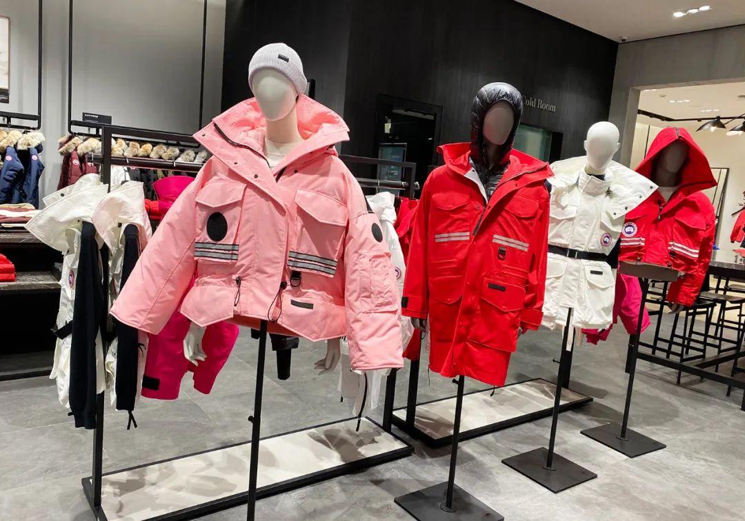 加拿大鹅店铺内时尚的女款羽绒服(资料图,每经记者 董兴生 摄)