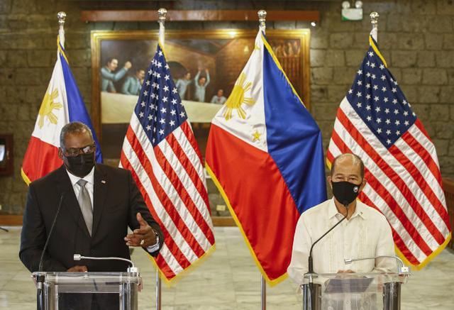 洛伦扎纳与到访菲律宾的美国防长奥斯汀。图源:视觉中国