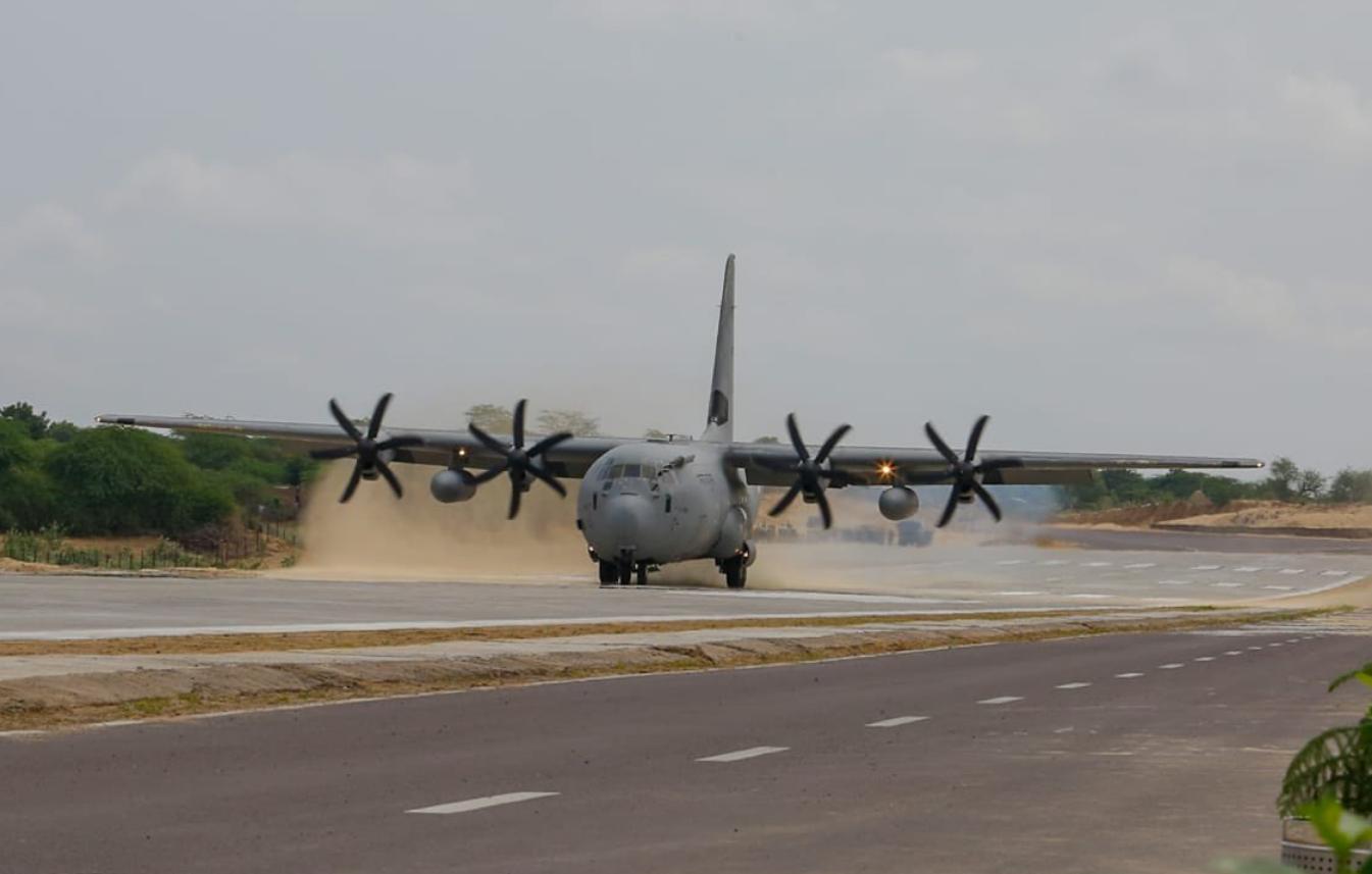 """印度战机在新建公路上""""降落"""" 机上还坐着印度防长"""