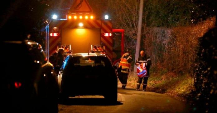 △当地警方与事故调查人员封锁事故现场 图片来源:法新社