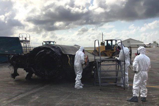美军人员正在切割这架报废F-35A残骸的机翼,以便运输